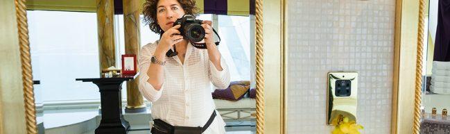 Die Regisseurin Lauren Greenfield steht vor einem Spiegel und macht ein Foto von sich selbst.