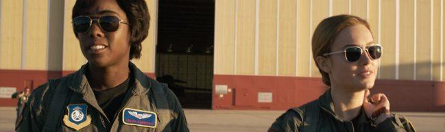 Marie und Carol tragen ihre Air Force-Anzüge. Die Sonne scheint ihnen ins Gesicht.