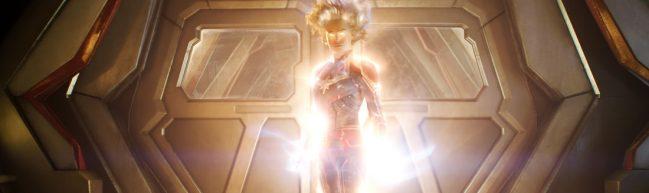 Carol ist umhüllt von einem hellen Licht und schwebt in der Luft. Ihre Augen leuchten grell.