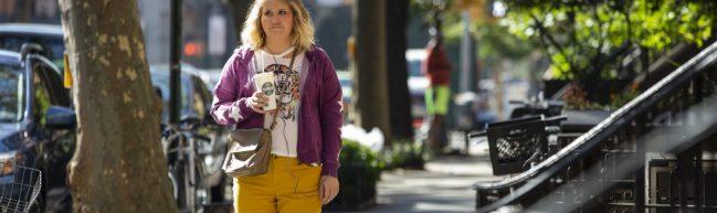 Brittany auf der Straße. Sie schaut frustriert.