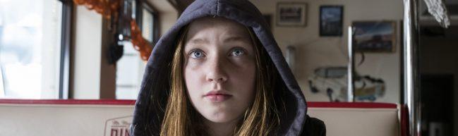Ruby M. Lichtenberg als Invisible Sue, nah, mit Kapuze