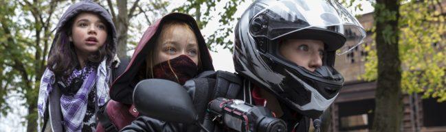 App (Anna Shirin Habedank), Sue (Ruby M. Lichtenberg) mit Maske und Tobi (Lui Eckardt) mit Motorradhelm auf einem Mofa