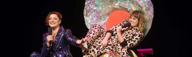 Die Moderatorinnen Laura Méritt und Janina Rook sitzen in einer großen Muschel auf der Bühne.