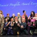 Gruppenbild der PorYes Gewinner:innen, Moderatorinnen und Preisüberreichenden