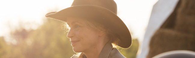 Wiebke mit Cowboy Hut im Sonnenuntergang.