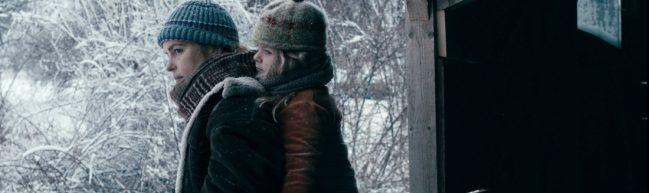 Wiebke, verkörpert von Nina Hoss, trägt ihre Adoptivtochter auf den Rücken gebunden. Beide tragen Mützen, Schals und Jacken. Es ist kalt.