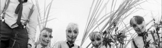 Die fünf Protagonist:innen tragen schaurige Masken.