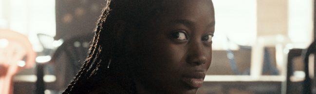 Eine junge Frau blickt direkt in die Kamera.