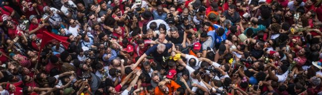 Luftaufnahme von einer Menschenmenge, die Präsident Lula auf Händen trägt