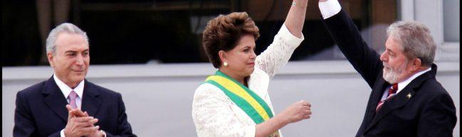 Lula reckt den Arm seiner Amtsnachfolgerin Dilma in Siegerpose nach oben. In Dilmas Rücken steht ihr Vizepräsident.