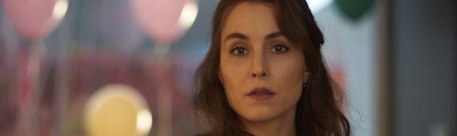 Die Protagonistin von Angel of Mine, Lizzie (Noomi Rapace), im Hintergrund Luftballons