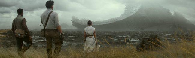 Rey, Cameron und Finn stehen vor dem Wrack des Todessterns
