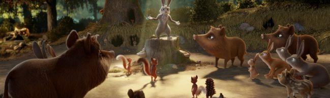 Ratsversammlung der Waldtiere: Ein Hase steht auf einem Baumstumpf, umgeben von Wildschweinen, Eichhörnchen und anderen, Latte und Tjum stehen rechts im Vordergrund
