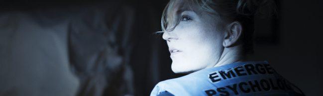 Claire schaut in das Licht eines Scheinwerfers.