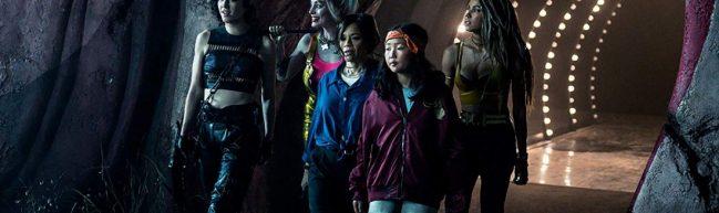 Huntress, Harley Quinn, Cass Cain und Black Canary laufen aus einem Tunnel heraus.