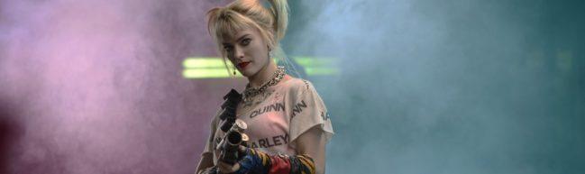 Harley steht mit einem Gewehr und zielt in Richtung Betrachter:in