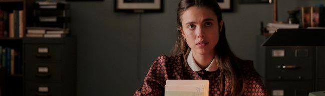 Joanna im Büro der Agentur, in der Hand hält sie Leser:innenbriefe