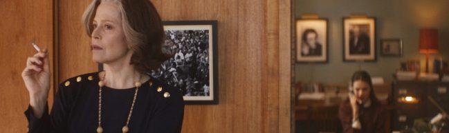 Literaturagentin Margaret mit einer Zigarette in der Hand, im Hintergrund sehen wir Joanna an ihrem Vorzimmerschreibtisch.