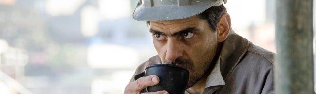 Jorge trinkt aus einer Tasse.