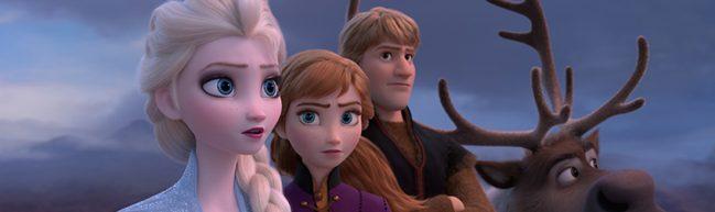 Die Eiskönigin 2: Elsa, Anna, Kristoff und Sven stehen in einer Reihe vor grauem Himmel