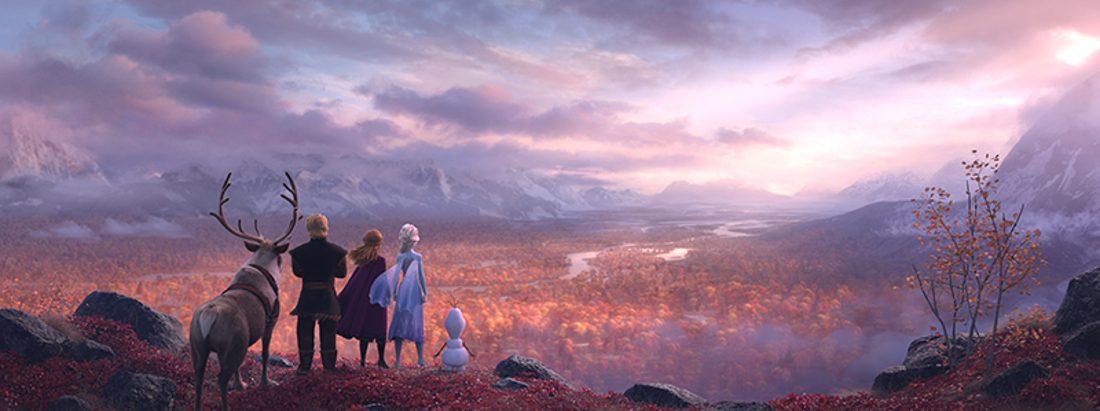 Sven, Kristof, Anna, Elsa und Olaf stehen auf einem Berg und überblicken einen Wald