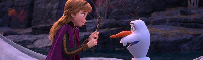 Anna und Olaf sitzen sich gegenüber, Anna hält Olafs Arm in beiden Händen