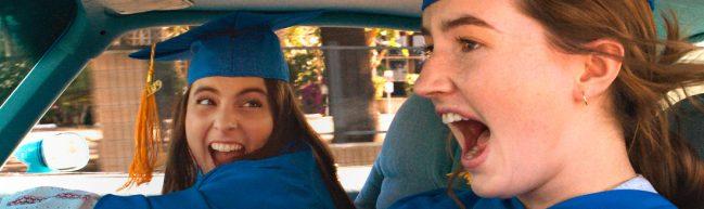 Molly und Amy sitzen zusammen im Auto und lachen.