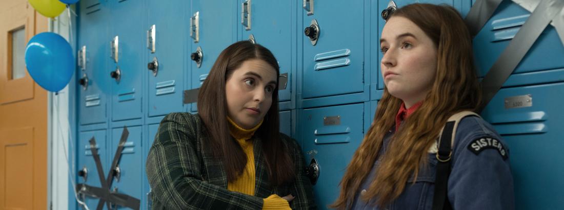 Molly und Amy stehen vor den Spinden in der Schule.