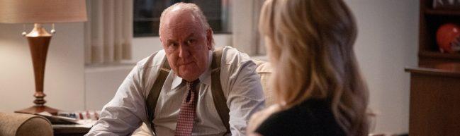 Robert Ailes, ein dicker, älterer Mann, sitzt gegenüber eine blonden Frau, die wir nur von hinten sehen.