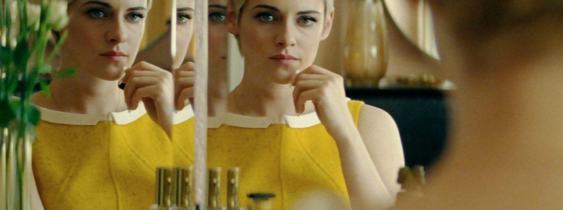 Jean Seberg betrachtet sich im Spiegel.