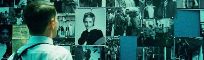 FBI-Agent betrachtet ein Foto von Jean Seberg