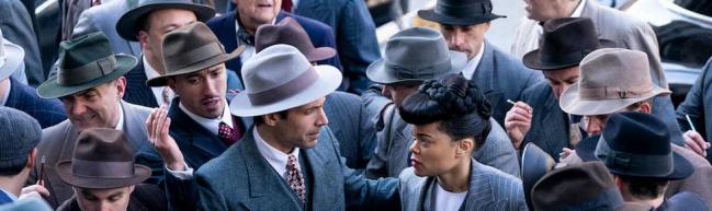 Billie Holiday umzingelt von Journalist:innen