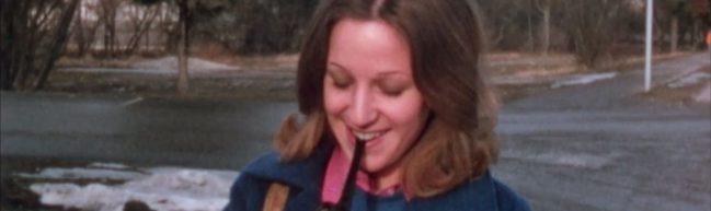 Eine junge Frau zündet sich eine Pfeife an, Datum: 04.02.1973