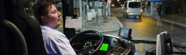Im Bild ist Julius beim Fahren eines Linienbusses zu sehen